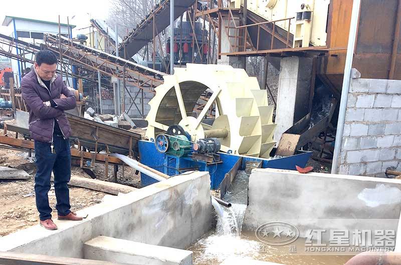 正在工作的轮斗式洗砂机