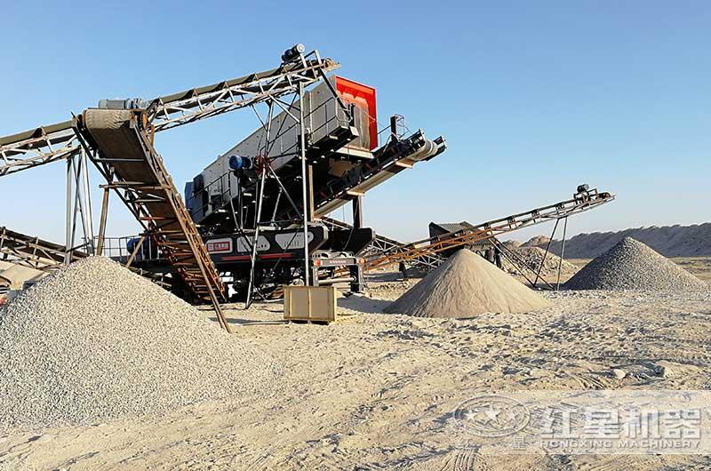 山东客户移动碎石机械设备现场图