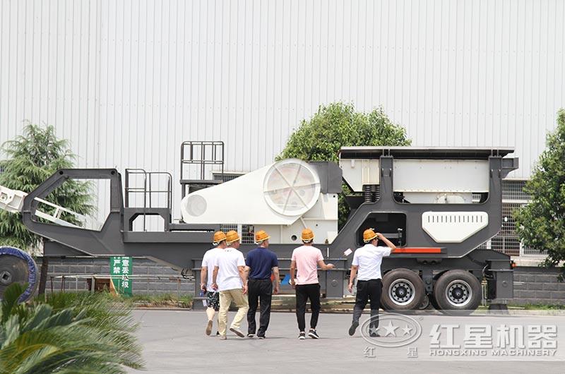 四川客户来厂区参观小型流动石料破碎机