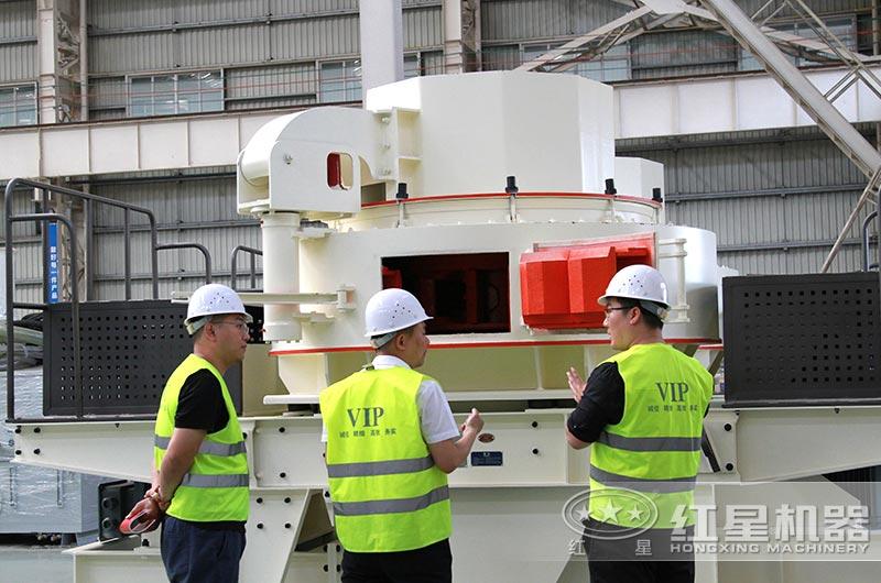 砂石投资者来厂区了解新型制砂机生产设备相关信息