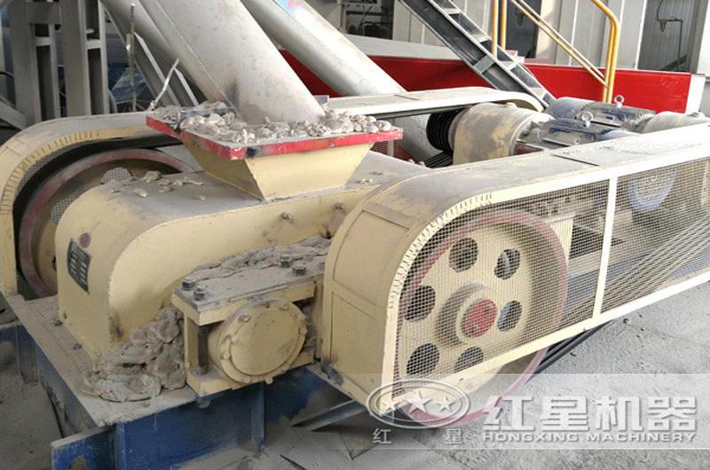 时产20吨河卵石对辊制砂机作业直拍图