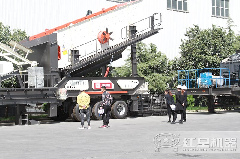 红星客户到厂考察、选择移动式破碎机
