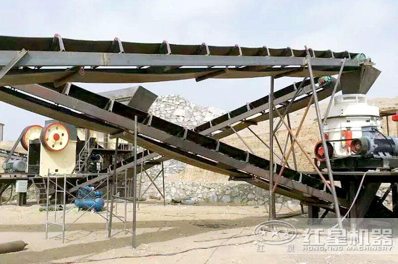 砂石生产线现场,粗碎破碎机为颚式破碎机